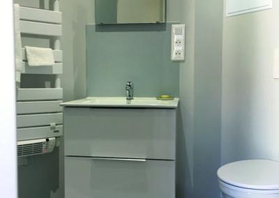 La salle d'eau côté toilettes